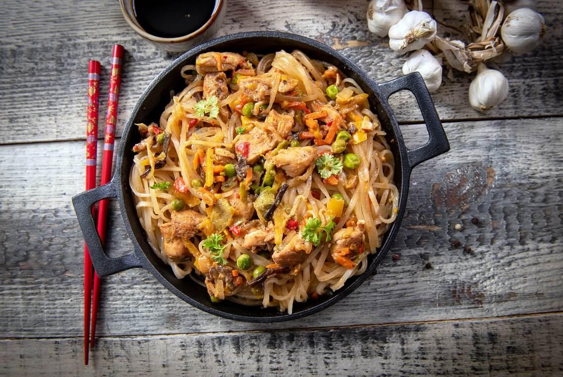 Smažené rýžové nudle s kuřecím masem a zeleninou (Stir-fry)